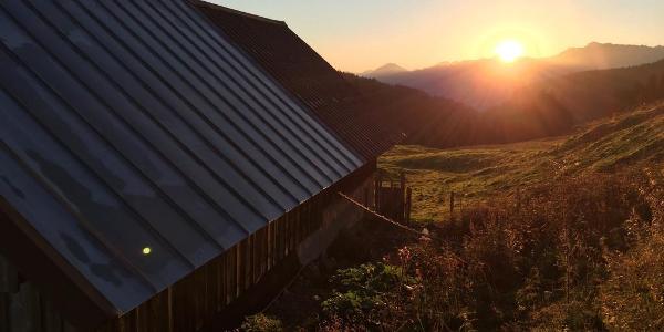 An der Schönbergalpe bei Sonnenaufgang