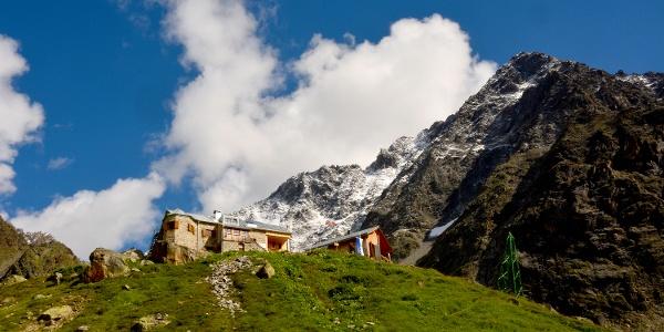Die Rüsselsheimer Hütte mit Puitkogel vom Aufstiegsweg gesehen