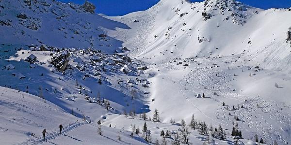Das Nordostkar hinauf zur Lackenspitze (rechts hinten). Links das Bergsturzgelände, rechts bleibt viel Platz für eigene Abfahrtsspuren.