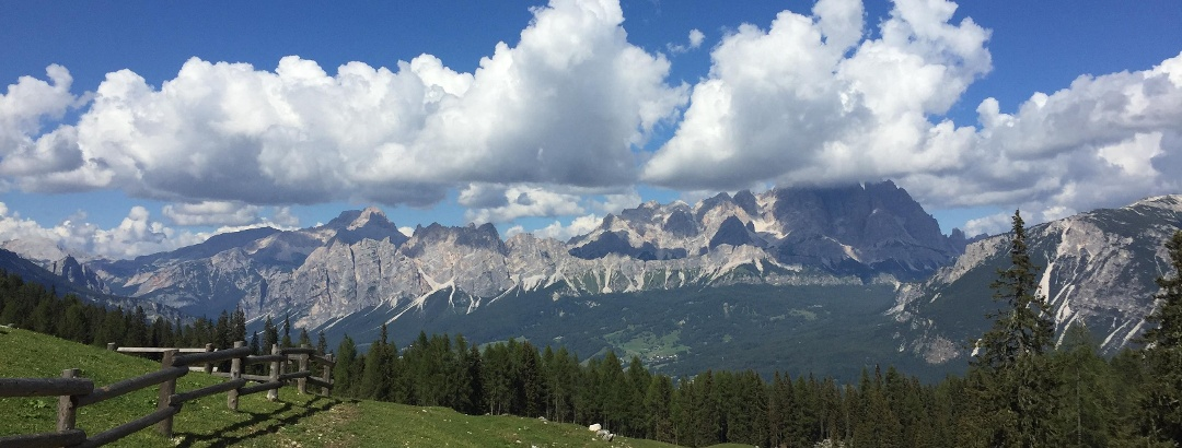 Bergpanorama in den Wolken