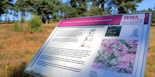 Infotafeln erläutern Landschaft und Kulturhistorie