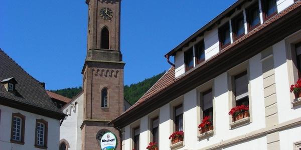 Mitten im Zentrum ragt die Kirche in Wolfstein auf.