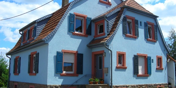 Farbenfrohe Häuser stehen in Ruppertsecken, dem höchsten Dorf der Pfalz.