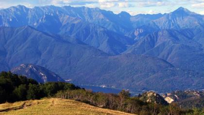 Der Mont`Orfano und der Monte Crocino mit dem Lago di Mergozzo und den Bergen des Val Grande im Hintergrund.