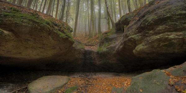 Gewaltige Aushöhlung in der Hüttlenwaldschlucht