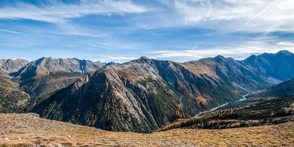 Der Grat Richtung Murtaröl bietet einen wunderbaren Ausblick in die Val Cluozza und zum Murtersattel.