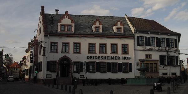 Der historische Marktplatz mit dem Deidesheimer Hof.