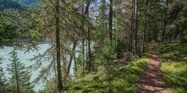 Der Weg nach Margun Grimmels führt vorbei am türkis schimmernden Wasser des Ausgleichsbeckens Ova Spin.