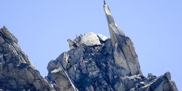 Gipfelnadel des Salbitschijen. Besetzt mit einem Kletterer