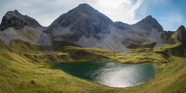 Der Rappensee (2047 m) samt umliegender Bergwelt