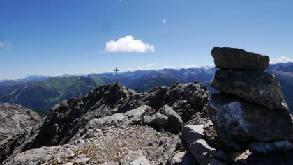 Blick auf das Gipfelkreuz der Bretterspitze