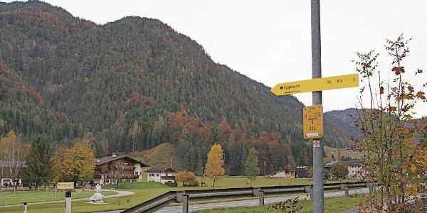Wegweiser zur Eggenalm bei der Einfahrt zum Gut Hanneshof am östlichen Rand von Erpfendorf