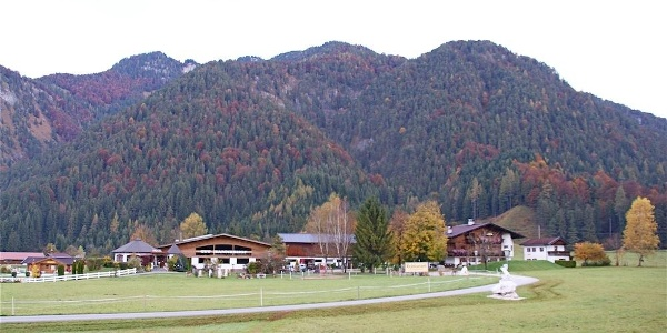 Gut Hanneshof am Golfplatzrand; dahinter der Gernkogel