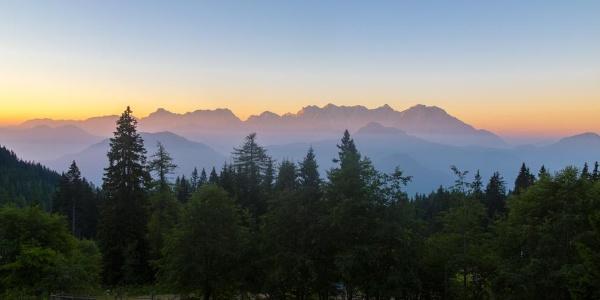 Morgensonne in den Karawanken, Eisenkappler-Hütte des ÖTK