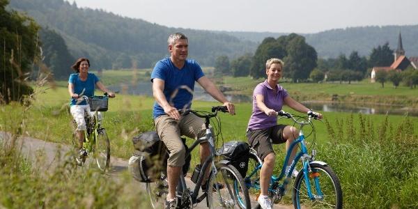 Radfahrer auf dem Weser-Radweg im Weserbergland