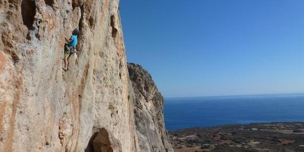 klettern und tiefblaues Meer