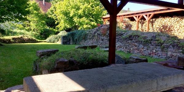 Blick von der Apsis in das ehemalige Kirchenschiff, im Vordergrund ein Grabstein eines Kreuzritteres - Klosterruine Cronschwitz