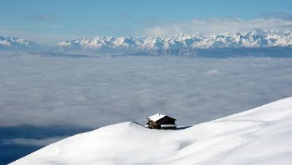 Berghütte über dem Wolkenmeer
