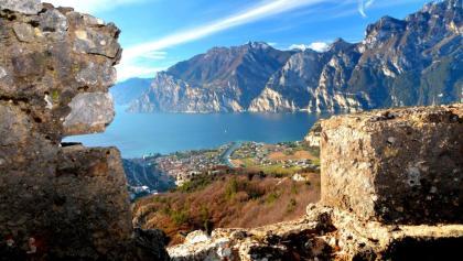 Blick über den Gardasee aus den Schutzgräben des Monte Corno