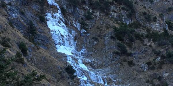 Im Aufstieg ein Wasserfall, zum Eisklettern wohl zu wenig Eis