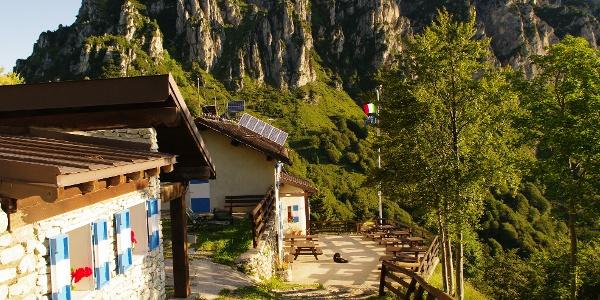 Die Terrasse der Berghütte Nino Pernici