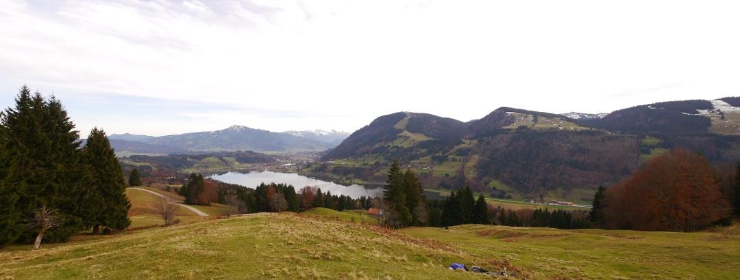 Aussichtspunkt Alpseeblick: vorn der Alpsee, dahinter Grünten, Daumengruppe und Nagelfluhkette