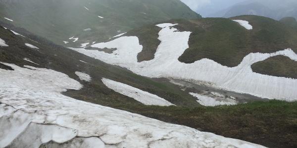 Achtung: Im Vorsommer können auf dem Nordhang noch Altschneefelder liegen!