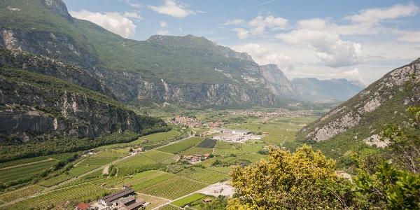 Ausblick aus dem Lehrerinweg über das Sarcatal