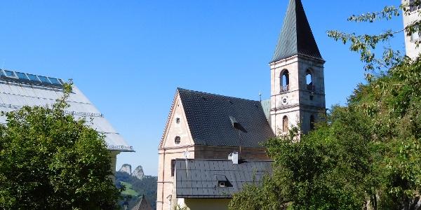 Wallfahrtskirche Bad Dürrnberg mit den Barmsteinen im Hintergrund