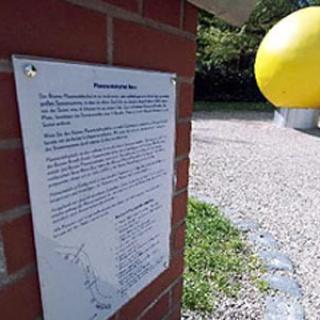 Auf die Sonne als Fixpunkt des Planetenlehrpfades sind Besucher nicht angewiesen: Schilder erleichtern die Orientierung.