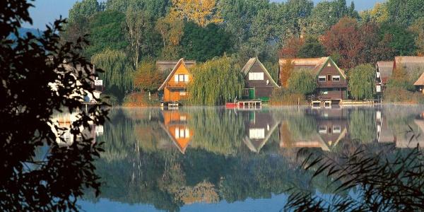 Reetgedeckte Häuser am Teterower See