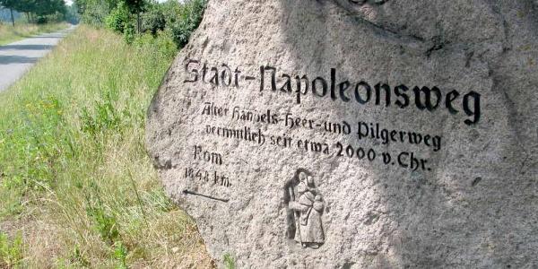 Inschrift in einem Felsbrocken auf dem Stadtnapoleonsweg in Norddeutschland