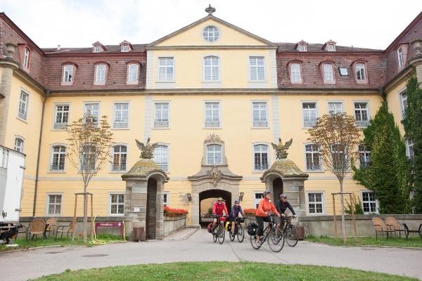 Radler vorm Schloss Kirchberg