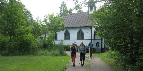 Pilgrimer på väg från kapellet