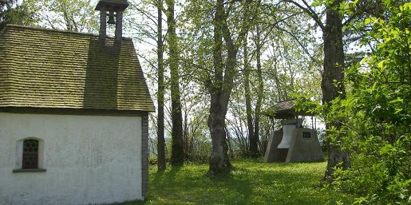 St. Rochus-Kapelle auf dem Seeger Pestfriedhof mit Kirchturmglocke