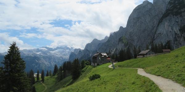 Gablonzer Hütte mit Dachstein und Gosauer Kamm