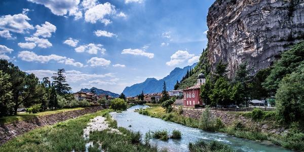 L'inizio del percorso, lungo il fiume Sarca