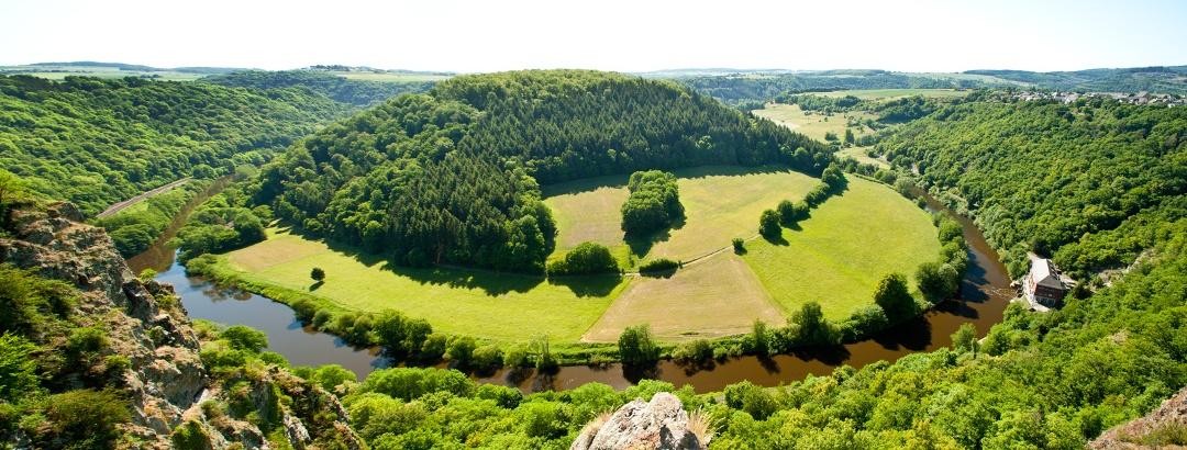 Tief im Tal mäandriert die Lahn - Lahnschleife bei Misselberg