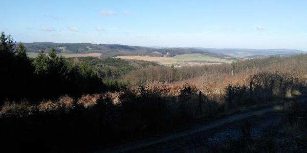 Mezi rozcestími pod Chocholou a pod Sychrovem se z cesty otevírají pěkné výhledy.