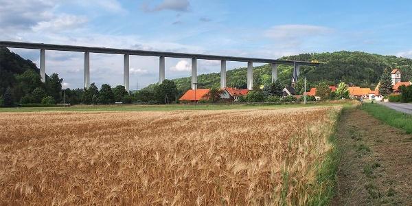 Blick von der Rennsteigstraße nach Hörschel mit der Autobahnbrücke über die Werra