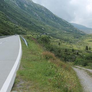 Passstrasse und Bike-Weg