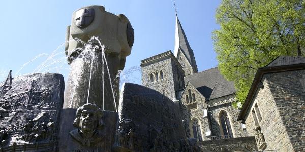 St. Martinus Pfarrkirche und Geschichtsbrunnen