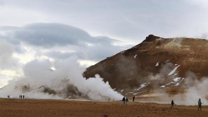 Hverir - der aufsteigende Wasserdampf ist von weitem zu sehen