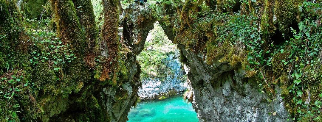 Das berühmte Felsentor mit Durchblick auf die unwirklich grüne Mrtvica