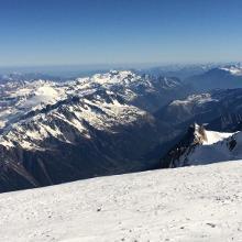 Tiefblick vom Gipfel nach Chamonix und zur Aguille du Midi