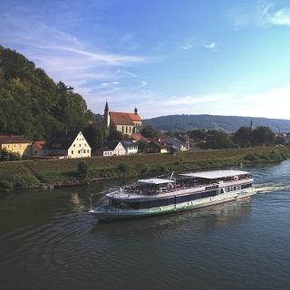 Donau in Kelheim mit Schiff in Richtung Weltenburg