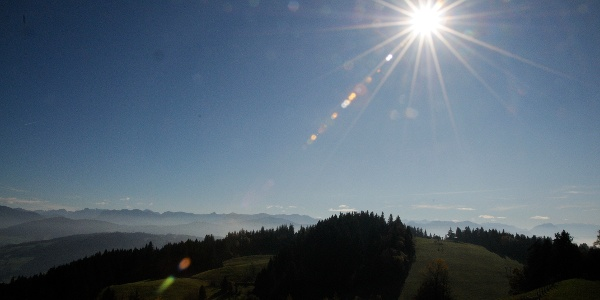 Blick vom Pfänder nach Südosten mit der Silhouette der Bregenzerwälder Berge im Hintergrund.