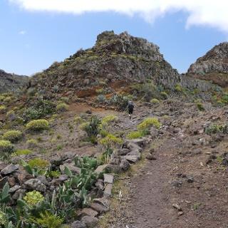 Ascenso por el sendero rodeado de agaves y cactus a la Degollada de Cerrillal