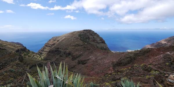 Aussicht auf den rotsandigen Sattel vor dem letzten Anstieg zum Las Pilas