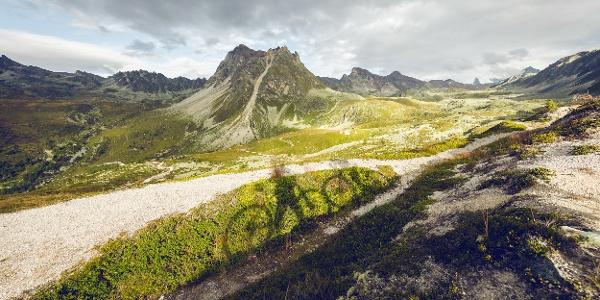 """Berglandschaft oberhalb von St-Luc mit dem Gipfel """"Le Toûno"""" im Hintergrund"""